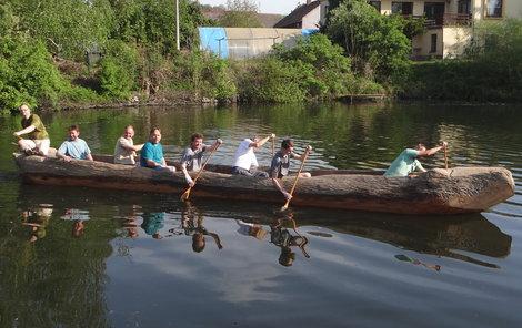 Člun po 20 letech od poslední výpravy na vodě, ale zatím jen na českém rybníce.