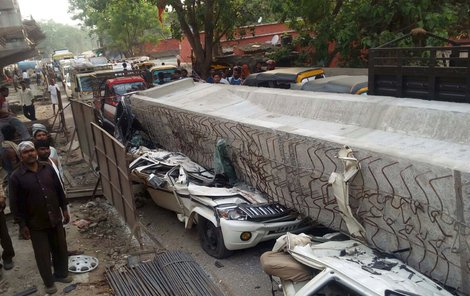 Nejméně 19 lidí zabila v Indii část konstrukce silničního mostu.