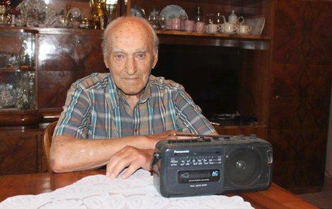 Pan Zdeněk Ředina s manželkou Olgou rádio poslouchají rozhlas doteď!