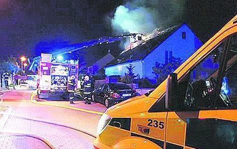 Oheň připravil obyvatele o střechu.