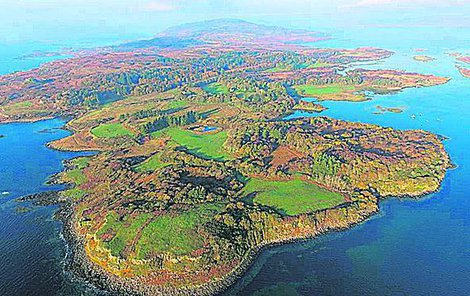 Ostrov, kde je pár domů, vzácné druhy lišejníků, hnízdiště orla mořského a spousta srážek, si koupilo pět lidí.