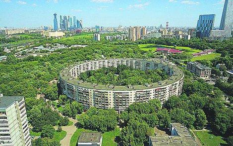 Moderní Moskva za kruhovým domem. Vypadá to jako pošetilý projekt, ale svět dodnes žasne. Z letadla úchvatné, na zemi si ničeho nevšimnete.