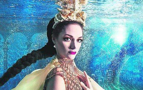 Issová měla při focení výhodu i díky tomu, že si před lety udělala v Thajsku kurz potápění.