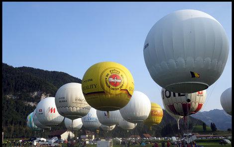 Historicky první posádka (žlutá balon) měla balon půjčený z Německa, u nás tento typ není k dispozici.
