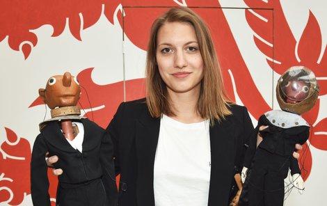 Eva Rybáková drží loutky Spejbla a Hurvínka