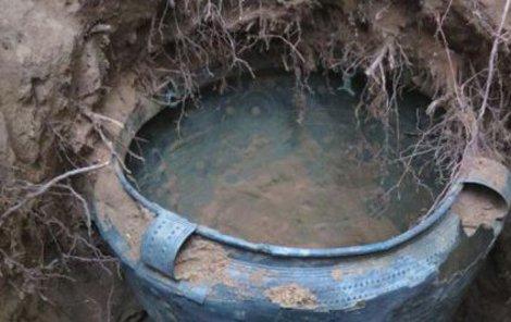 Vzácné starověká nádoba na místě nálezu.
