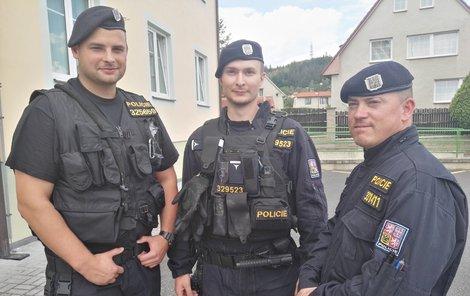To jsou oni. Policisté (zleva) Tomáš Pěsta, Pavel Nečas a Josef Hron. Ještě před příjezdem hasičů vtrhli do bytu a snažili se rodinu zachránit.