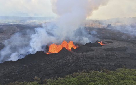 Sopka stále chrlí lávu