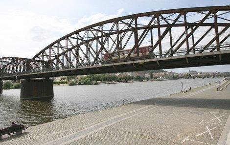 Zbourají železniční most?