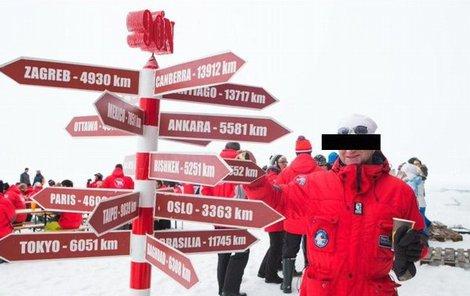 Gynekolog během cesty kolem dorazil i na severní pól, kde se vykoupal.