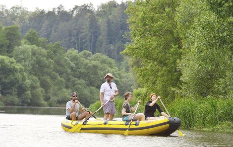 Vodák Viktor Fialkin (v klobouku) a jeho přátelé si teplé počasí užívají. Na raftu jeli ze Zruče nad Sázavou do Kácova.