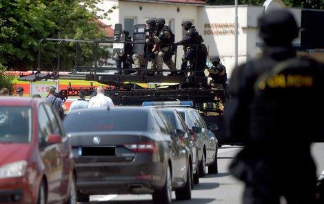 Policejní zásahovka byla ozbrojena samopaly.