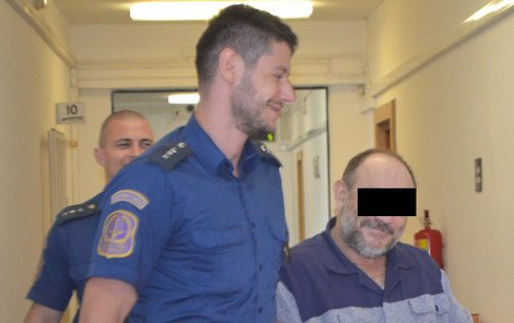 Vladimír Č. přišel k soudu s úsměvem, v doprovodu eskorty dokonce mával.