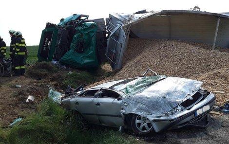 Kamion udělal ze Škody Octavia placku, přesto její řidič přežil.