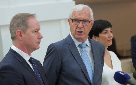 Jiří Drahoš (uprostřed) oznamuje kandidaturu do Senátu (1. 6. 2018)