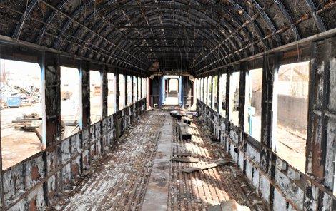 V České Třebové je ráj šotoušů, z vagonů  a lokomotiv si železniční fanatici mohou odnést cokoli, než skončí ve šrotu.