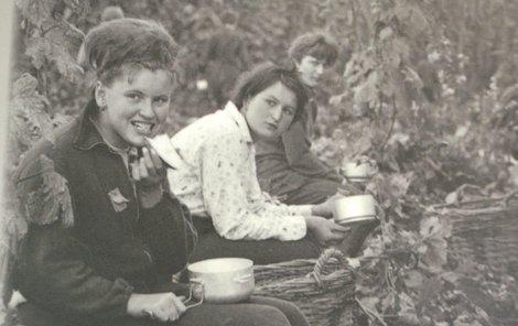 Oběd dostávali brigádníci do ešusů a jedlo se přímo na chmelnici.