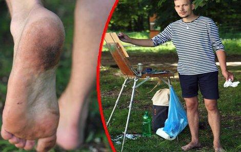 Malíř kreslí na trávě. Nejedná se o nerovný povrh, takže to chodidlům prospívá.