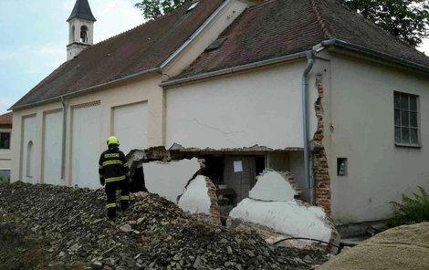 V kapli v Zastávce u Brna chtěli vybudovat záchod, část jedné stěny budovy se přitom zřítilo.