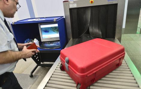 Pašeráci dolétali, teď si za drogy pašované v kufrech posedí.