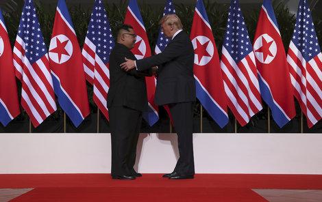 Přelomové schůzky si všimli i experti na řeč těla. Například toho, že si oba státníci potřásli rukama celkem třikrát, z toho ji vždycky jako první natáhl Trump. První potřesení trvalo 13 vteřin.