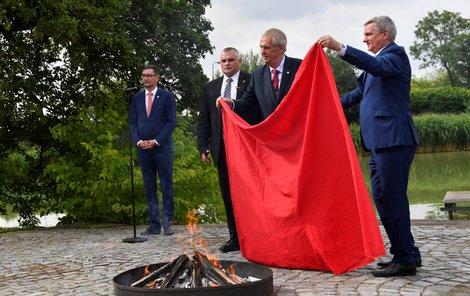 Spálení červených trenýrek Milošem Zemanem