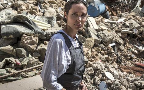 Angelina, vyslankyně Vysokého komisaře OSN pro uprchlíky, navštívila Mosul.