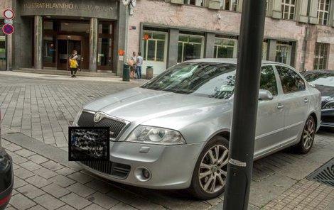 Policejní vůz před magistrátem.