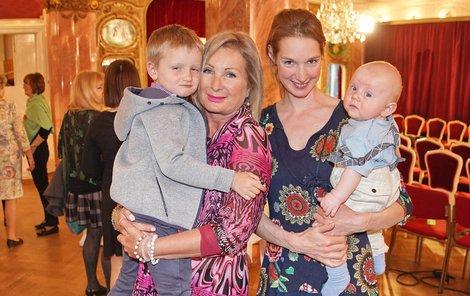 Světlana Nálepková s dcerou a vnoučaty