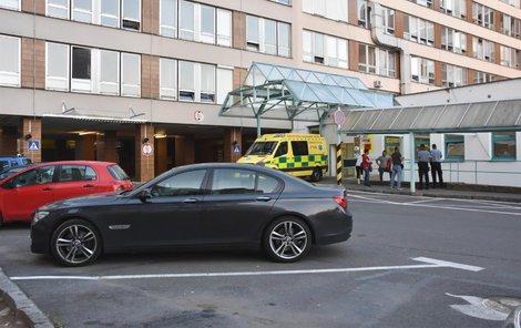 Zraněný jel původně jako spolujezdec v tmavém BMW, to pak parkovalo uvnitř areálu nemocnice.