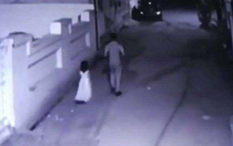 Kamera zachytila dívenku, jak odchází s pedofilem.