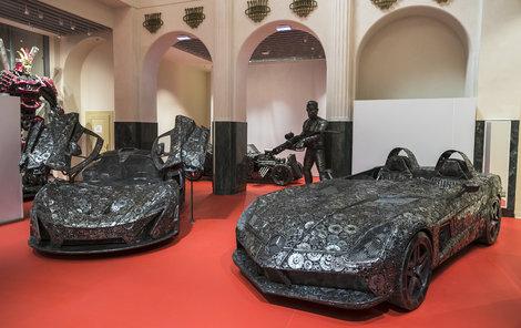 Vystavené objekty zabírají dvě patra secesníbudovy City Palais v centru Prahy, dominují jí především bouráky inspirované nejluxusnějšími vozy.