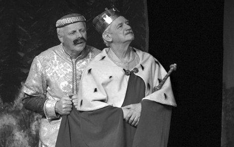 Jako král v »pohádce, která u dětí propadla« Dlouhý, široký a krátkozraký (na snímku s Petrem Bruknerem).