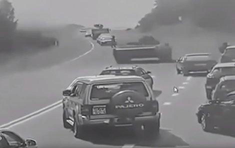 Tank se vyřítil ze zatáčky...