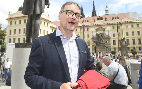 Rath obvinil Miloše Zemana (73) a vytáhl z aktovky symbol odporu proti němu – rudé trenýrky.