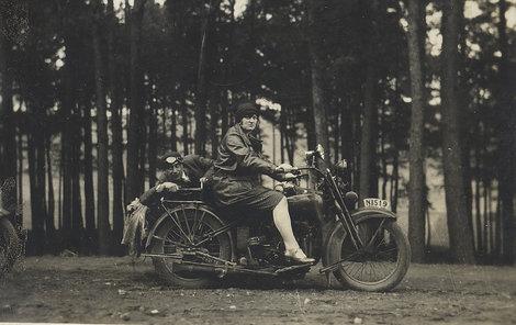 Harleye nebyly od prvopočátku jen záležitostí mužů, ženy vykasaly sukně a neváhaly si bujné kovové oře osedlat.