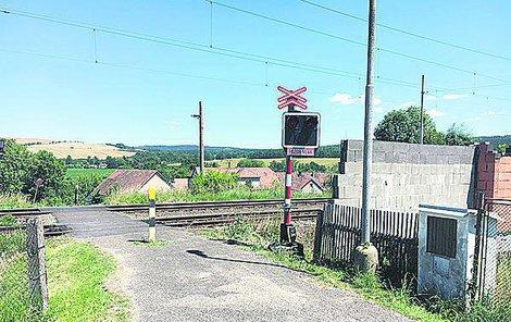 Na tomto přejezdu ve Ždírci vlak chlapečka srazil.