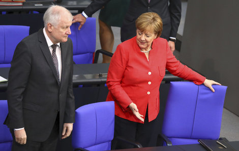 Kancléřka Angela Merkelové (63, CDU) spolu se spolkovým ministrem vnitra Horstem Seehoferem (69, CSU).