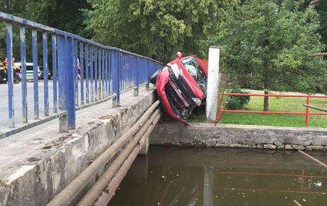 Řidička zapasovala vůz mezi most a zídku.