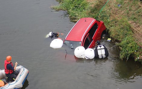Pomocí  vaků dostali potápěči auto ke břehu.