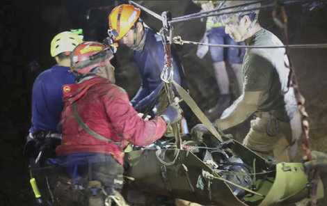 Záchranná akce na pomoc thajským dětem uvězněným v jeskyni byla náročná, ale se šťastným koncem