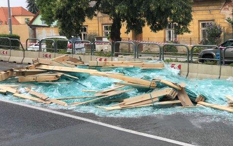 Deset tun skleněných tabulí spadlo včera odpoledne z korby náklaďáku