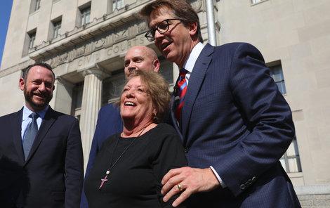 Gail Ingham je jednou z 22 žalujících, dostane přes půl miliardy.