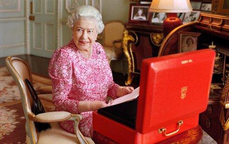 Papírování se panovnice věnuje každý den od od 9:30 do 11:30.