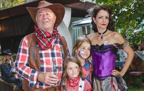 Šťastná rodinka by si mohla zahrát ve westernu: táta Petr s mámou Alicí a jejich dcery Anežka s Rozárkou.