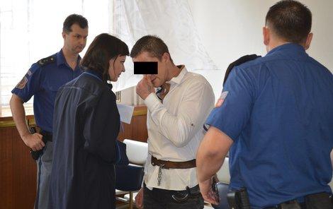 U soudu Zdeněk H. při poradě s obhájkyní plakal.