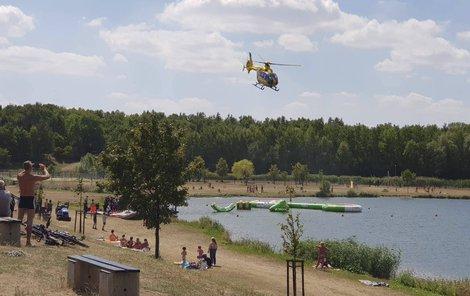 Chlapec odletěl vrtulníkem do nemocnice.