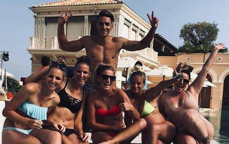 Mlsný kocour a jeho harém? Michal Hrdlička se u hotelového bazénu dmul ve společnosti pěti spoře oděných krásek pýchou, ale patří mu jen ta druhá zleva – Karolína Plíšková!