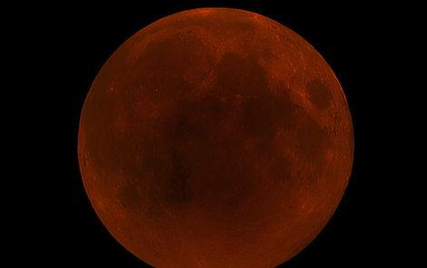 Obloha večer 27. července. Měsíc je na tomto snímku 2krát zvětšen oproti skutečnosti.