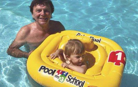 Pavel a syn během letních radovánek.